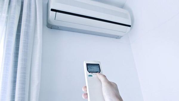 Khách hàng được tư vấn cách sử dụng chế độ hút ẩm khi liên hệ với Dieuhoarenhat.com.vn
