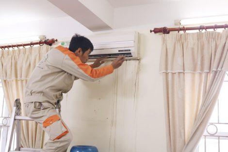 Nhân viên Dienmayrenhat.com.vn bảo dưỡng máy lạnh chuyên nghiệp
