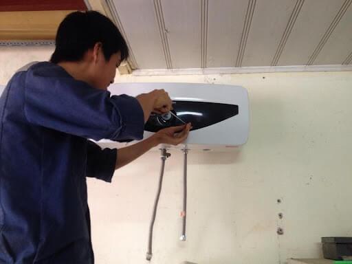 Tháo lắp bình nóng lạnh an toàn